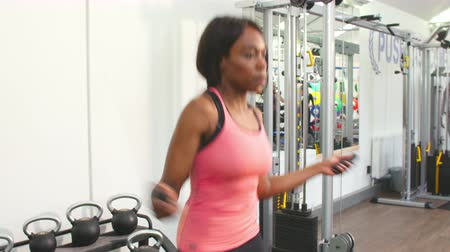 corda : Young African American woman skipping at a gym Stock Footage