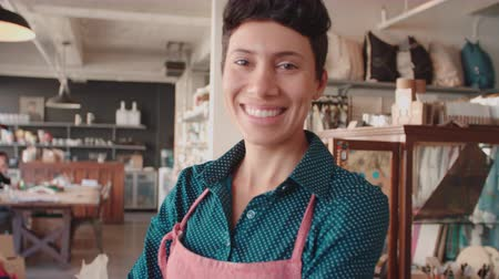 proprietário : Portrait Of Female Owner Of Gift Store Shot On R3D
