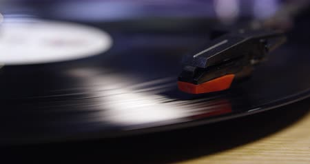 płyta winylowa : Stylus lowering on to vinyl record, and raising, close up, shot on R3D Wideo