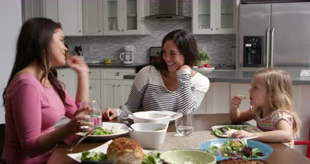 sexo : Lesbian couple and daughter having dinner in their kitchen, shot on R3D Vídeos