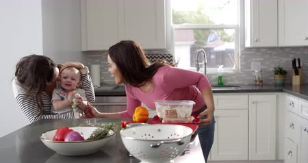 sexo : Female parents with baby, preparing a meal in their kitchen, shot on R3D Vídeos