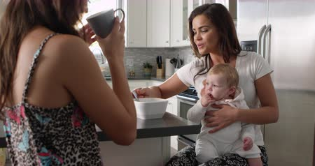 sexo : Female couple in the kitchen with their baby girl on knee, shot on R3D Vídeos