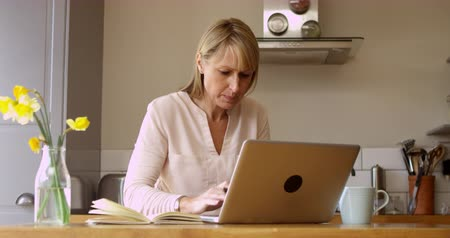 amadurecer : Mature Woman Using Laptop At Home