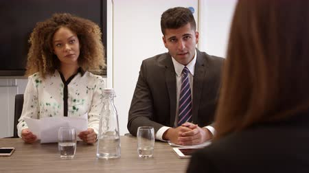 discussão : Female Job Candidate Being Interviewed In Office