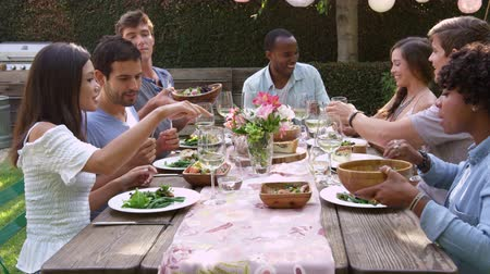 quintal : Friends Eat And Drink At Outdoor Party Table