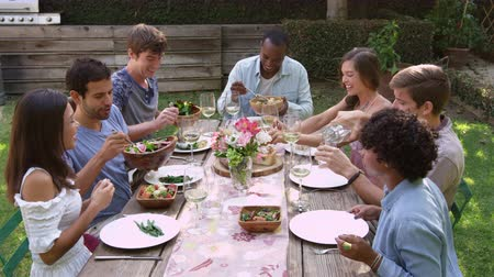 quintal : Friends Eat And Drink At Outdoor Party Table Shot On R3D Vídeos