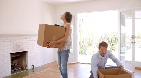 nativo americano : Couple Carrying Boxes Into New Home On Moving Day