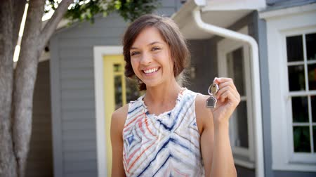 nativo americano : Portrait Of Happy Woman Standing Outside New Home With Keys Vídeos