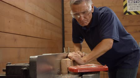 carpintero : Male Carpenter Using Plane en Woodworking Woodshop Archivo de Video