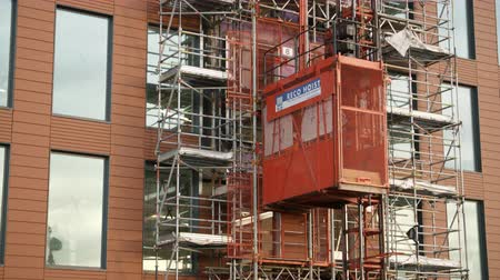 rusztowanie : Lift On Exterior Of Building On Construction Site Wideo