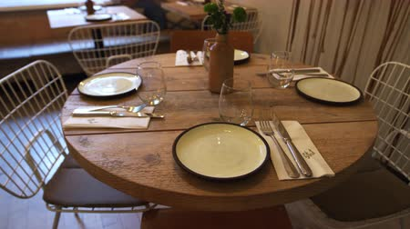 preparado : Zoom out shot of an empty table at a fashionable restaurant