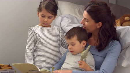 три человека : Mother Reading Story To Children In Their Bedroom