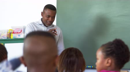 de volta : Teacher asks boy to blackboard in elementary school lesson Vídeos