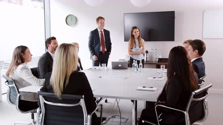 werkgelegenheid : Young businessman and businesswoman addressing candidates on graduate recruitment day in boardroom Stockvideo