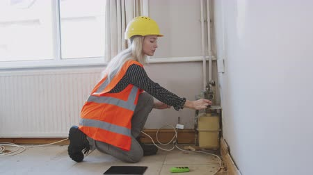 denetleme : Female Surveyor In Hard Hat And High Visibility Jacket Checking Gas Supply Stok Video