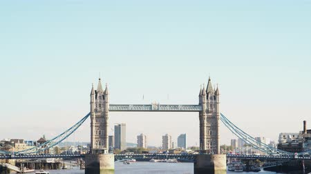 viktoriánus : Traffic crossing Tower Bridge over the River Thames on a sunny day in London