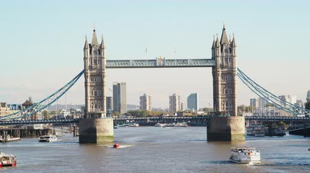 dojíždění : Sightseeing boats passing under Tower Bridge on the River Thames on a sunny day in London