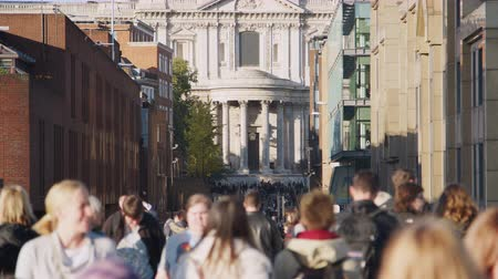 dojíždění : People walking in the narrow, busy street leading to St Pauls Cathedral in London, selective focus Dostupné videozáznamy
