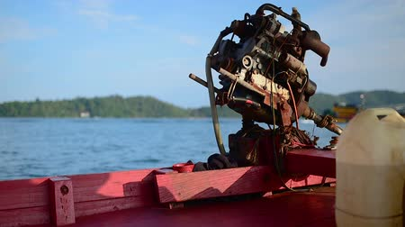 cambojano : A close-up of a motor engine on a Cambodian longtail boat. Koh Rong Samloem area, Cambodia