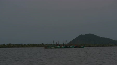 Every day a 6:30 pm Khmer fishermans are going out to sea for fishing. They connect their boat to save the fuel. Dostupné videozáznamy