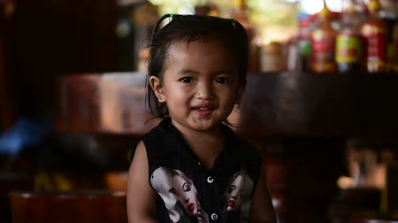 кхмерский : Portrait of an adorable small Cambodian girl, looking into the camera lens and smile. Banlung town, 04 march 2108, Cambodia.