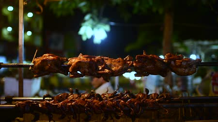 cambojano : Grilled chicken on a spit, night market in Banlung town. Cambodia. Vídeos