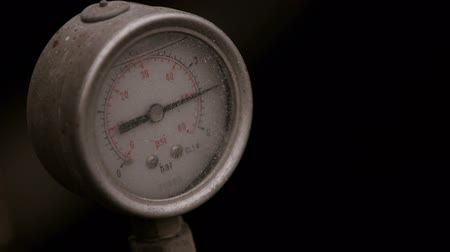 tárcsáz : pressure gauge with compressor working.