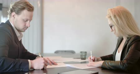 подпись : Business People Signing Contract.