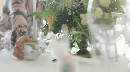 almuerzo : Mesa decorada para una cena de boda Archivo de Video