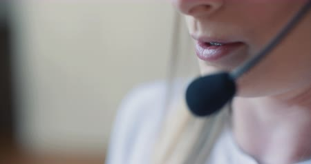 contact opnemen : Close up ow Woman Working in Call Center