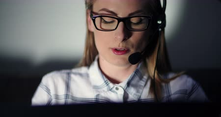 телефон доверия : Businesswoman Using Headset And Laptop In Office