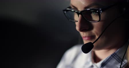 yardım hattı : Female Customer Support Executive With Headset Stok Video