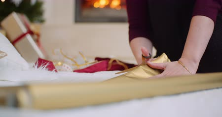 inpakpapier : Woman Cutting Golden Wrapping Paper At Home Stockvideo