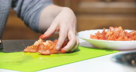ensalada de frutas : slicing tomato in kitchen