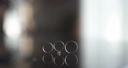 diamantes : Close up of wedding rings on table