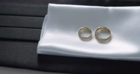 buket : wedding rings on table bride accessory Stok Video