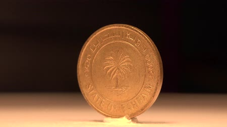 bronz : Bahraini 10 Fils The 10 cents of Bahrain were brass then replaced into bronze. Stok Video