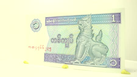 imposto : One Kyat Paper Bill This 1 kyat bill of Myanmar has cyan and lilac colors.