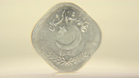 paquistão : Pakistan One Rupee Coinage This one rupee of Pakistan shot in circular motion. Stock Footage