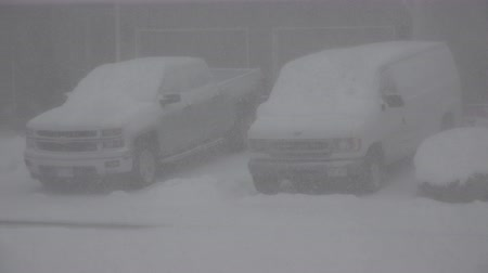 cancelado : A pair of vehicles that are getting tons of snow. Vídeos