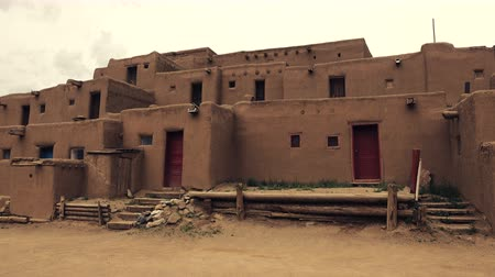 meksyk : Pueblo Native American Building . A close look at 2 story tall pueblo adobe brick structure.