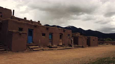 meksyk : Native American Pueblo Building . A static shot of the pueblo adobe building with mountains in the background. Wideo