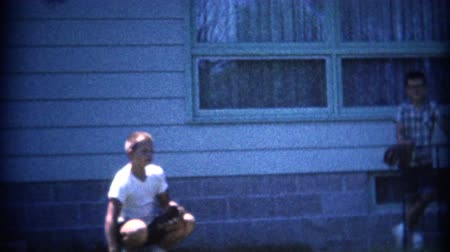 beisebol : 8mm Vintage 1957 Boy Catching Baseball Like Catcher. A retro 8mm reel-to-reel home movie film, professionally cleaned and captured in full 4k 3840x2160 UHD resolution plus post production including color correction, deinterlace, and deflicker.