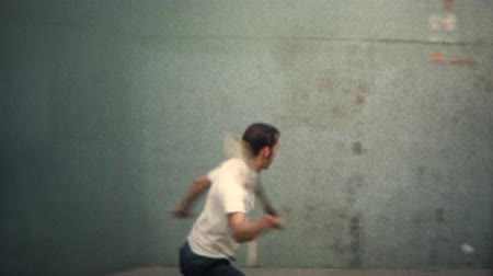 parede : 8mm Vintage 1971 Man Playing Tennis Against Wall. A unique vintage 8mm home movie film professionally cleaned and captured in full 4k 3840x2160 UHD resolution plus post processing including retro color correction, deinterlace, and deflicker. Vídeos