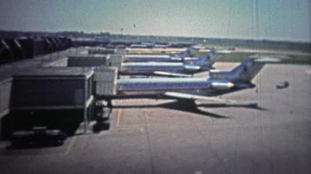 demokratický : CHICAGO - 1966: The classic astrojet airplane at Ohare airport from the travel gate.. Unique vintage 8mm film home movie professionally cleaned and captured in 4k 3840x2160 UHD resolution plus post processing including cinematic retro color correction, m Dostupné videozáznamy