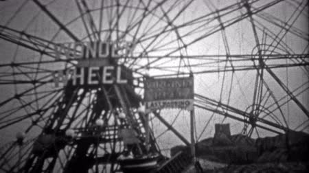 valóság : NEW YORK CITY - 1946: Coney Islands Wonder Wheel ride was a huge hit amongst teens. Original vintage 8mm home movie film professionally cleaned and captured in 4k 3840x2160 UHD resolution plus post processing including cinematic retro color correction, d