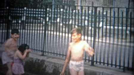 demokratický : NEW YORK CITY - 1953: Kids playing at a New York City public swimming pool. Original vintage 8mm home movie film professionally cleaned and captured in 4k 3840x2160 UHD resolution plus post processing including cinematic retro color correction, deflickeri