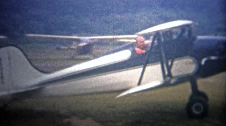 demokratický : AMITYVILLE, NY. USA  - 1954: Classic biplane taxiing across Zahns airfield. Original vintage 8mm home movie film professionally cleaned and captured in 4k 3840x2160 UHD resolution plus post processing including cinematic retro color correction, deflicker