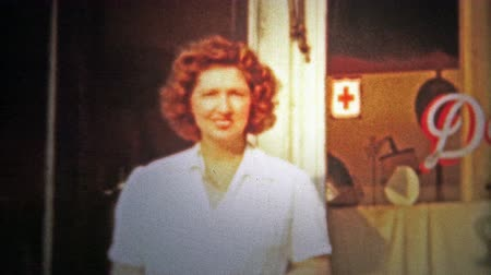 мать : CHATTANOOGA, USA - 1953: Daughter and mother outside of a five and dime general store. Original vintage 8mm home movie film professionally cleaned and captured in 4k 3840x2160 UHD resolution plus post processing including cinematic retro color correction,