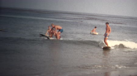 sinematografi : 8mm Vintage 1968 California Beach Surfing Stok Video